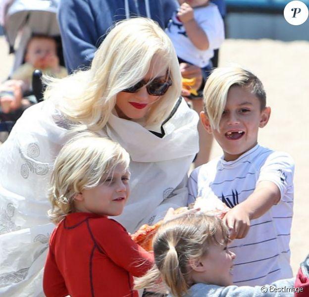 Gwen Stefani et ses fils Kingston et Zuma sur la plage de Santa Marina le samedi 18 mai 2013.