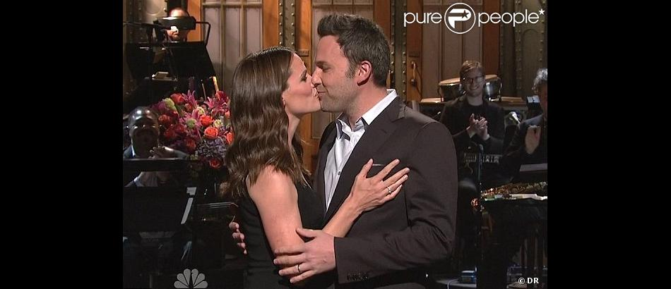 Ben Affleck et Jennifer Garner s'embrassant sur le plateau du Saturday Night Live, le samedi 18 mai 2013.