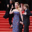 Nicole Kidman et Keith Urban saluent les fans à la montée des marches du film Inside Llewyn Davis au Palais des Festivals, à Cannes, le 19 mai 2013.