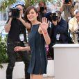 Marion Cotillard quitte le photocall du film Blood Ties au 66e Festival du film de Cannes, le 20 mai 2013.