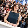 Marion Cotillard profite du photocall du film Blood Ties au 66e Festival du film de Cannes, le 20 mai 2013.