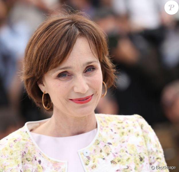 Kristin Scott Thomas ravissante lors du photocall du film Only God Forgives lors du 66e Festival de Cannes le 22 mai 2013.