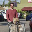 Jason Segel déjeune et fait du shopping avec une jeune femme qui pourrait être sa petite amie à West Hollywood, le 19 mai 2013.