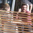 L'acteur Jason Segel déjeune et fait du shopping avec une jeune femme qui pourrait être sa petite amie à West Hollywood, le 19 mai 2013.