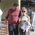 Jason Segel déjeune et fait du shopping avec une femme qui pourrait être sa petite amie à West Hollywood, le 19 mai 2013.