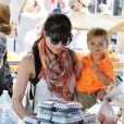 L'actrice Selma Blair et son fils Arthur au Farmers Market de Beverly Hills, à Los Angeles, le 20 mai 2013.