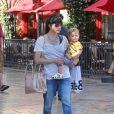 Selma Blair et son fils Arthur au centre commercial The Grove, à Los Angeles, le 14 mai 2013.