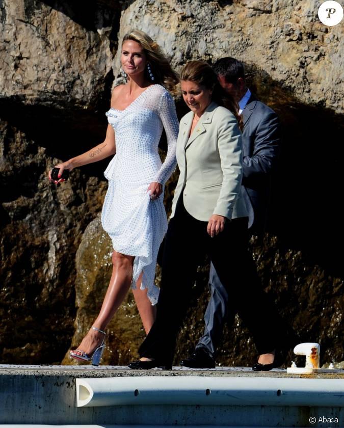 Heidi klum log e l 39 h tel du cap eden roc arrive par for Robes blanches simples pour le mariage de palais de justice