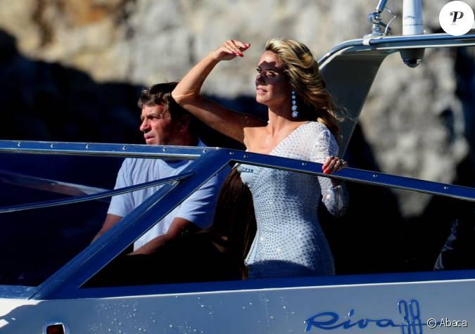 Arriv e par bateau cannes pour heidi klum qui effectue for Robes blanches simples pour le mariage de palais de justice