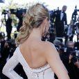 Heidi Klum, habillée d'une robe blanche Versace, foule le tapis rouge du Palais des Festivals pour la projection du film Nebraska. Cannes, le 23 mai 2013.