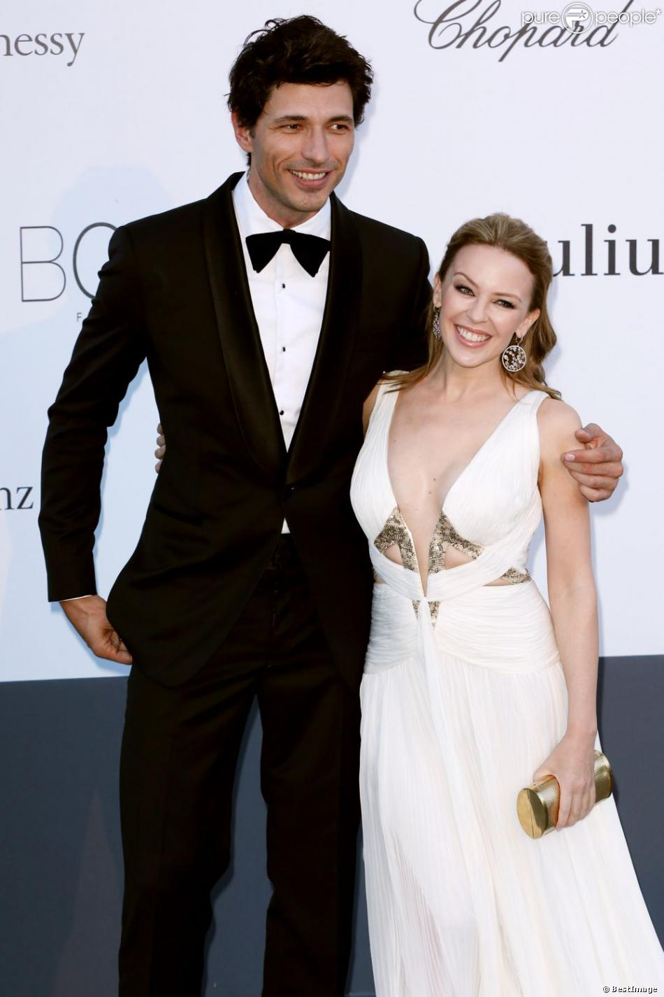 Kylie Minogue et son petit ami Andres Velencoso au photocall de la soirée AmfAR's 20th Cinema Against AIDS à l'Eden Roc au Cap d'Antibes lors du 66e Festival du film de Cannes, le 23 mai 2013.