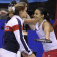 Marion Bartoli tombe dans les bras d'Amélie Mauresmo lors du match de Fed Cup le 21 avril 2012 face au Kazakhstan le 21 avril 2013 à Besançon