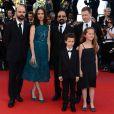 L'équipe du film Le Passé : les acteurs Ali Mosaffa, Elyes Aguis, Jeanne Jestin, le réalisateur Asghar Farhad, l'actrice Bérénice Bejo et le producteur Alexandre Mallet-Guy lors de la montée des marches pour la clôture du Festival de Cannes le 26 mai 2013
