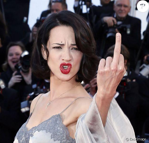 Asia Argento fait un doigt d'honneur sur les marches - Clôture du 66e Festival du film de Cannes, le 26 mai 2013.