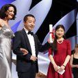 """Asia Argento a remis le prix du scénario à   Jia ZhangKe pour """"A Touch of Sin"""" (Une touche de péché) lors de la cérémonie de clôture du 66e Festival de Cannes, le 26 mai 2013."""