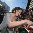 Asia Argento a signé quelques autographes sur le chemin du palais - Clôture du 66e Festival du film de Cannes, le 26 mai 2013.