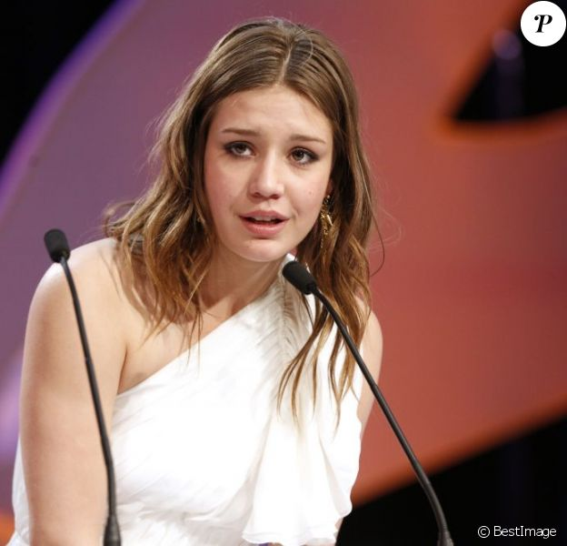 La révélation du festival Adèle Exarchopoulos en larmes alors que son film reçoit la Palme d'Or pendant la cérémonie de clôture du 66e Festival de Cannes, le 26 mai 2013.