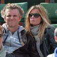 Denis Brogniart et sa femme Hortense assistent concentrés au match de Gaël Monfils au 2e Tour des Internationaux de France de tennis de Roland Garros le 29 mai 2013