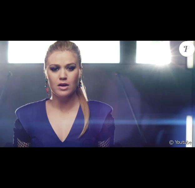 """Vidéo clip de la nouvelle chanson de Kelly Clarkson : """"People Like Us"""". Mai 2013."""