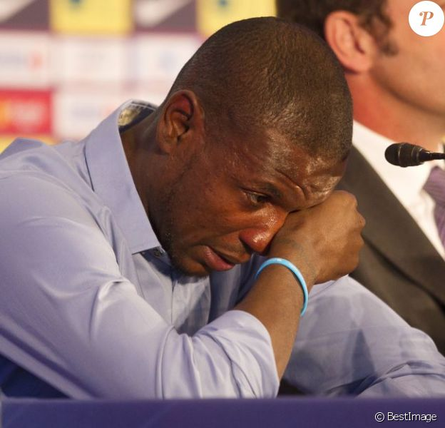 Eric Abidal annonce en larmes qu'il quitte le FC Barcelone lors d'une conference de presse au Camp Nou à Barcelone, le 30 mai 2013.