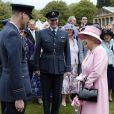 La reine Elizabeth II rencontrant des officiers de la RAF lors de la deuxième garden party de l'année à Buckingham Palace le 30 mai 2013.