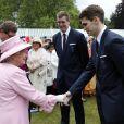 La reine Elizabeth II rencontrant des membres de l'équipe olympique de water polo lors de la deuxième garden party de l'année à Buckingham Palace le 30 mai 2013.