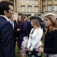 La princesse Beatrice d'York rencontre les convives lors de la deuxième garden party de l'année offerte par Elizabeth II à Buckingham Palace le 30 mai 2013.