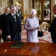 Elizabeth II rencontrait le 30 mai 2013 à Buckingham David Longman, fils de l'homme qui avait créé le bouquet de fleurs pour son couronnement, en 1953, venu avec une réplique de cette composition d'anthologie.