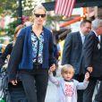 Le top model Karolina Kurkova passe du temps avec son fils Tobin à New York, le 5 Juin 2013.