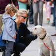 Karolina Kurkova passe du temps avec son fils Tobin attendri par un chien à New York, le 5 Juin 2013.