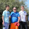 Paul-Loup Sulitzer entouré de ses fils James et Jacques au Club 55, près de Saint-Tropez, le 16 juillet 2012.