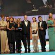 Le prince Albert de Monaco pose avec les lauréats du 53e Festival international de Monte-Carlo lors de la cérémonie de clôture, le 13 juin 2013 au Forum Grimaldi.
