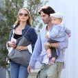 Elizabeth Berkley, son mari Greg Lauren et leur fils Sky dans le quartier de Brentwood, le 15 juin 2013.