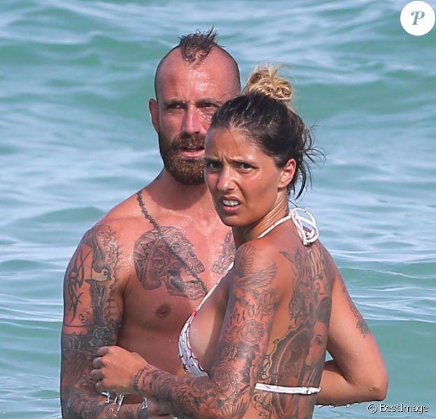 Raul Meireles, joueur du Fenerbahçe d'Istanbul, profite du soleil de Miami en compagnie de sa belle épouse Ivone le 17 juin 2013