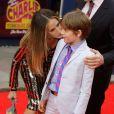 Sarah Jessica Parker embrasse son fils James à la première représentation de Charlie et la Chocolaterie au Theatre Royal Drury Lane à Londres le 25 juin 2013.