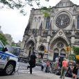 Les caméras et spectateurs arrivent aux funérailles de James Gandolfini à la cathédrale Saint John The Divine à New York, le 27 juin 2013.