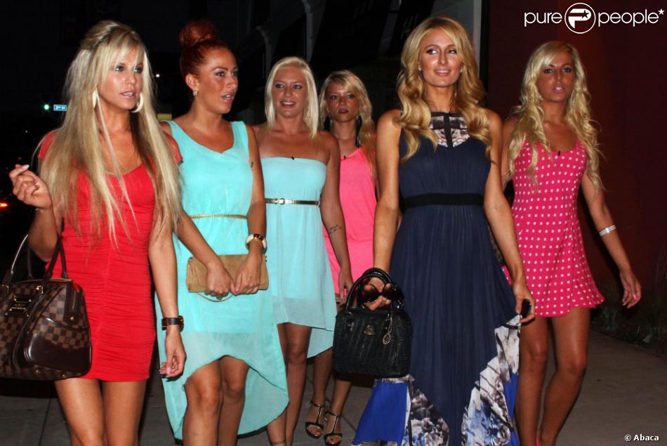 La bimbo Paris Hilton en train de tourner une scène de la télé-réalité Les Ch'tis avec Hillary, Tressia, et Gaëlle où elles font du shopping au magasin Kitson, le 28 juin 2013 à Los Angeles