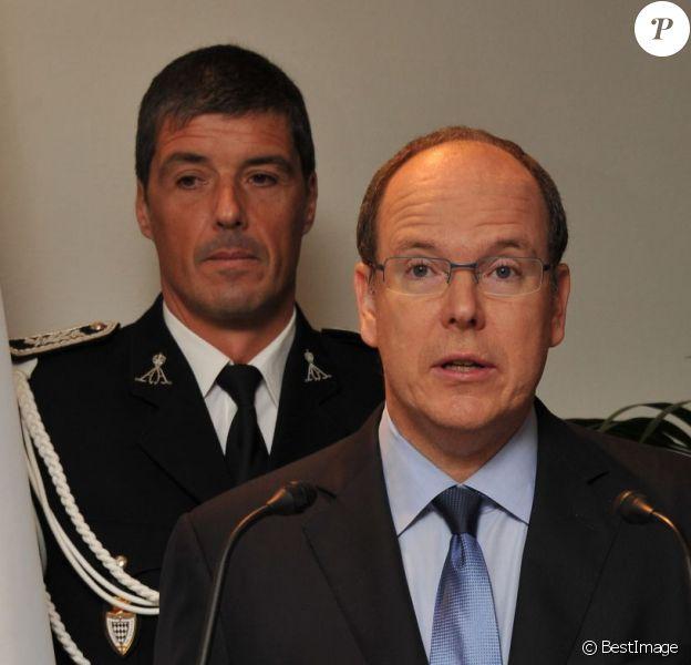 Le prince Albert de Monaco présente ses voeux au chef de la police monègasque et à ses membres, le 17 janvier 2011. André Muhlberger se trouve juste derrière lui.