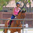 Kaley Cuoco, fan d'équitation, monte à cheval à Westlake en Californie, le 3 juillet 2013