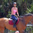 Kaley Cuoco monte à cheval à Westlake en Californie, le 3 juillet 2013