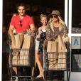 Kaley Cuoco et son petit ami Henry Cavill, main dans la main à Los Angeles le 3 juillet 2013, vont faire des courses