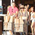 Kaley Cuoco avec son petit ami Henry Cavill, main dans la main à Los Angeles le 3 juillet 2013, vont faire des courses