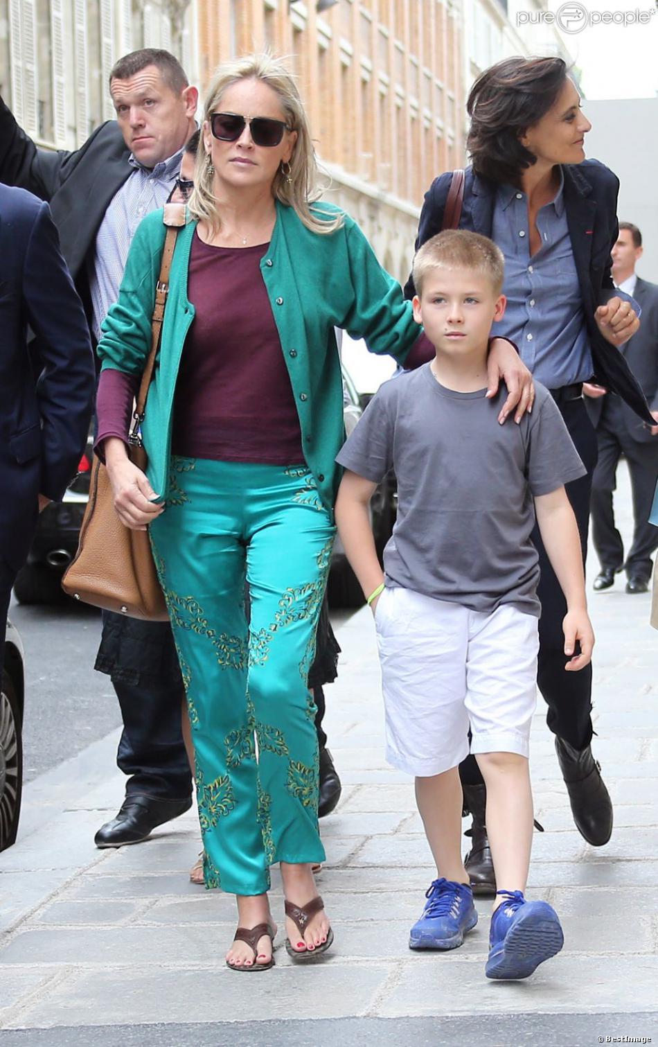 Sharon Stone, accompagnée de son fils Roan Bronstein, est allée faire du shopping avec son amie Inès de la Fressange à Paris le 4 juillet 2013