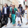 Sharon Stone, accompagnée de son fils Roan Bronstein, est allée faire du shopping avec son amie Inès de la Fressange à Paris le 4 juillet 2013 : une promenade encadrée par les gardes du corps
