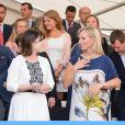 Eugenie d'York et Zara Phillips le 11 juillet 2013 au gala du premier jour du Coronation Festival organisé à Buckingham Palace par la Royal Warrants Holders Association à l'occasion des 60 ans du couronnement d'Elizabeth II.