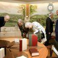 La reine Elizabeth II découvrant les rénovations de la Summer House le 11 juillet 2013 à l'ouverture du Coronation Festival organisé à Buckingham Palace à l'occasion des 60 ans de son couronnement par la Royal Warrants Holders Association.