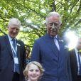 Le prince Charles posant avec la jeune Jessica Fitch et son ourson Bertie,  le 11 juillet 2013 au premier jour du Coronation Festival organisé à Buckingham Palace par la Royal Warrants Holders Association à l'occasion des 60 ans du couronnement d'Elizabeth II.