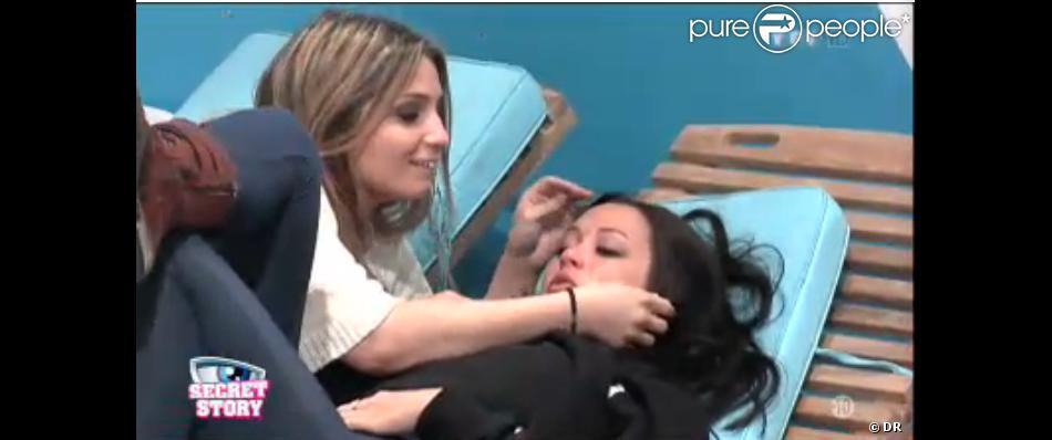 Emilie en larmes dans la quotidienne de Secret Story 7 sur TF1 le vendredi 12 juillet 2013