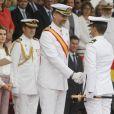 Le prince Felipe d'Espagne sous le regard de la princesse Letizia à l'Académie militaire navale de Pontevedra pour la prestation de serment des jeunes diplômés, le 16 juillet 2013