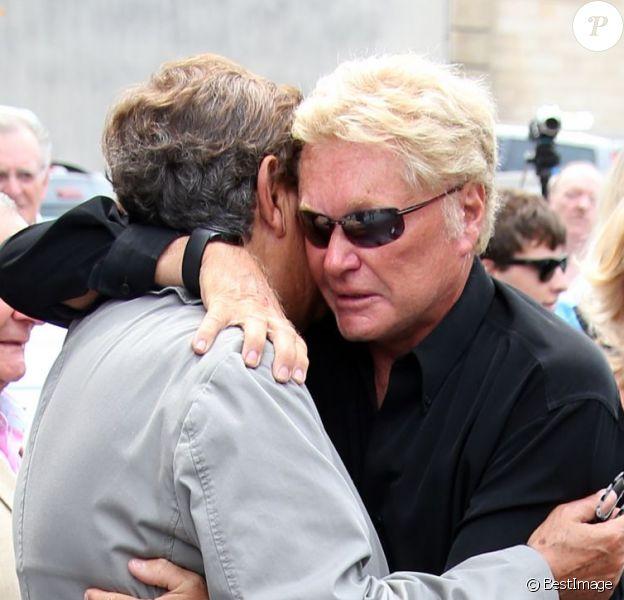 Jean-Pierre Foucault et Harry Williams, fils aîné d'André Verchuren aux obsèques d'André Verchuren à Chantilly le 17 juillet 2013.